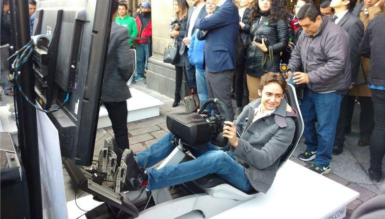 El piloto Esteban Gutiérrez prueba un simulador
