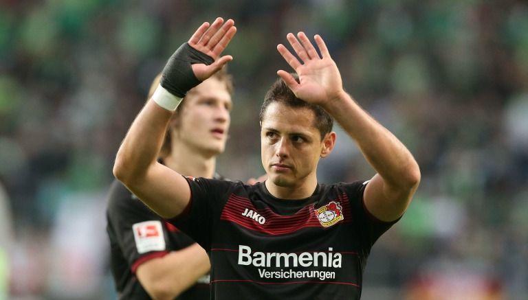 Javier Hernández agradece a la afición tras un juego con el Leverkusen
