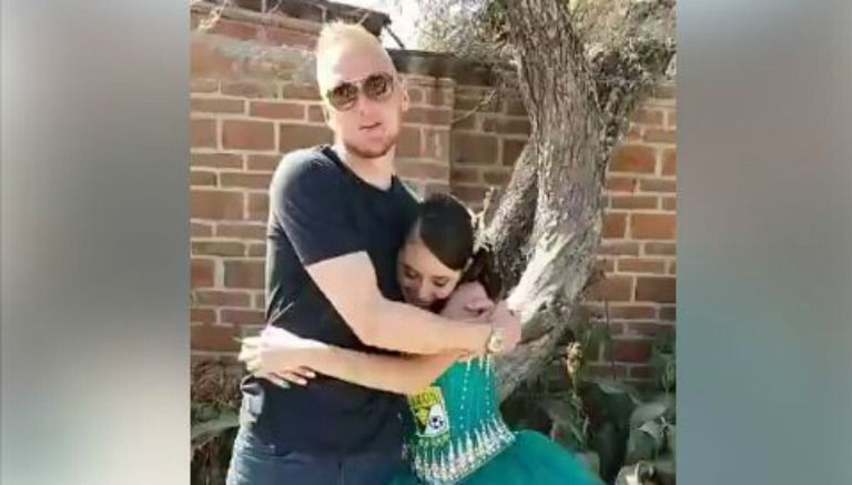 William Yarbrough abraza a la quinceañera Dana Valeria Aguirre
