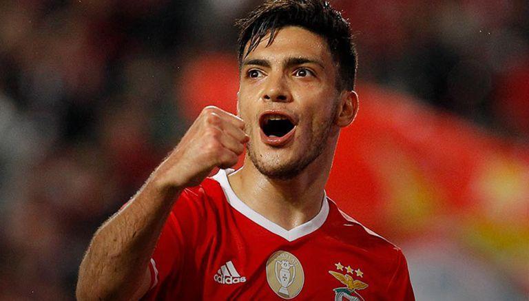Raúl Jiménez festeja un gol con su club