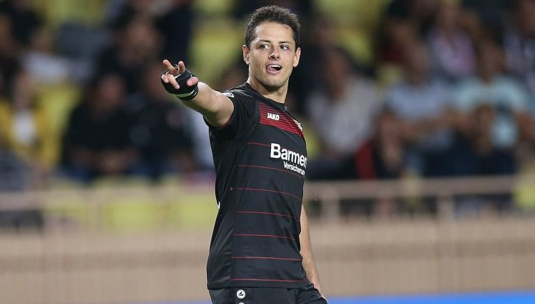 Chicharito disputa un partido con el Bayer Leverkusen