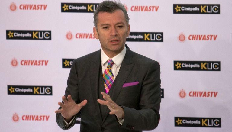 Higuera durante una conferencia de Chivas TV