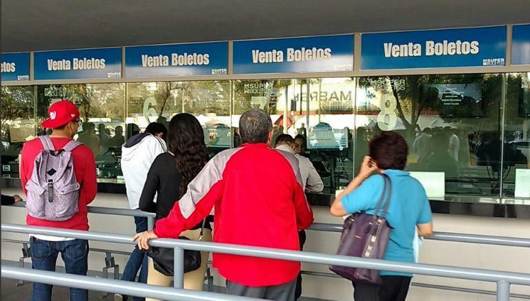 Aficionados en las taquillas de la Arena Ciudad de México comprando boletos