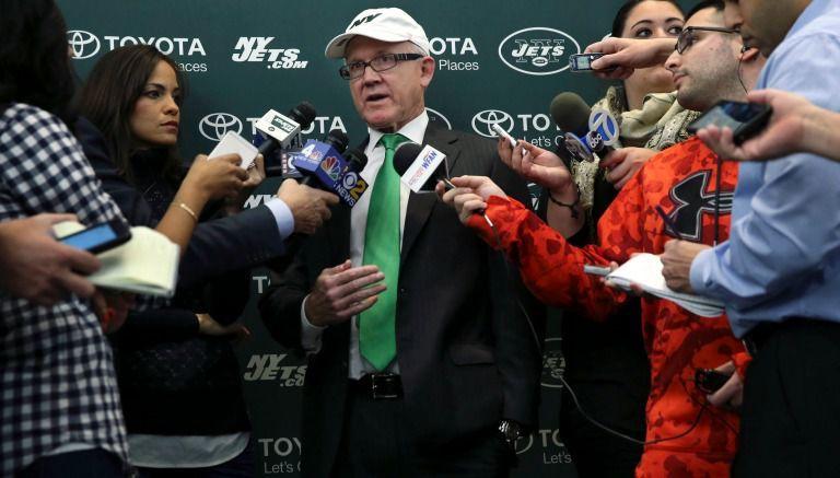 Woody Johnson durante una plática con los medios