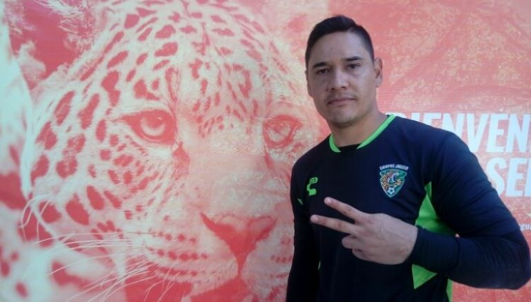 Moisés Muñoz posa junto a la imagen de un jaguar
