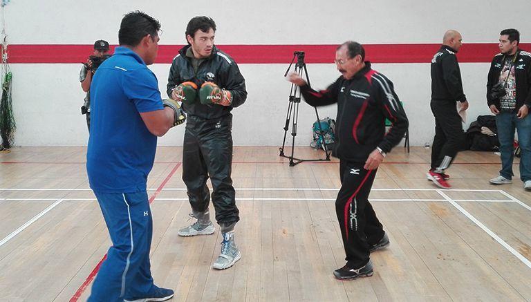 Julio César Chávez Jr. habla con su entrenador Ignacio Beristáin
