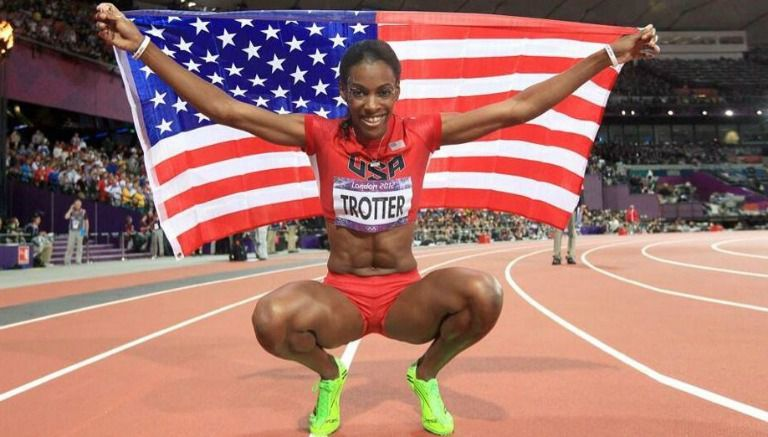 Deedee Trotter sostiene la bandera de EU tras finalizar una competencia