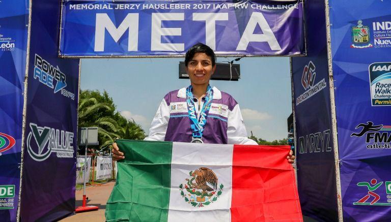 Morales posa junto a la meta, con su medalla y la bandera de México
