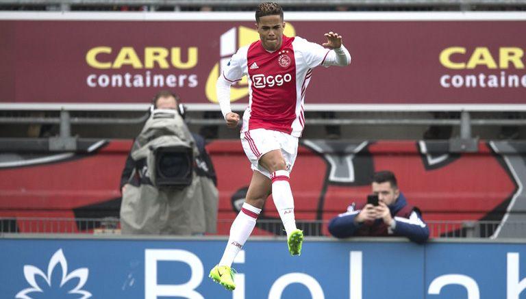 Justin Kluviert festeja su primer gol como profesional