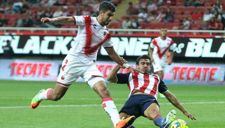 Oswaldo Alanís se barre para cortar una jugada en el duelo frente a Veracruz