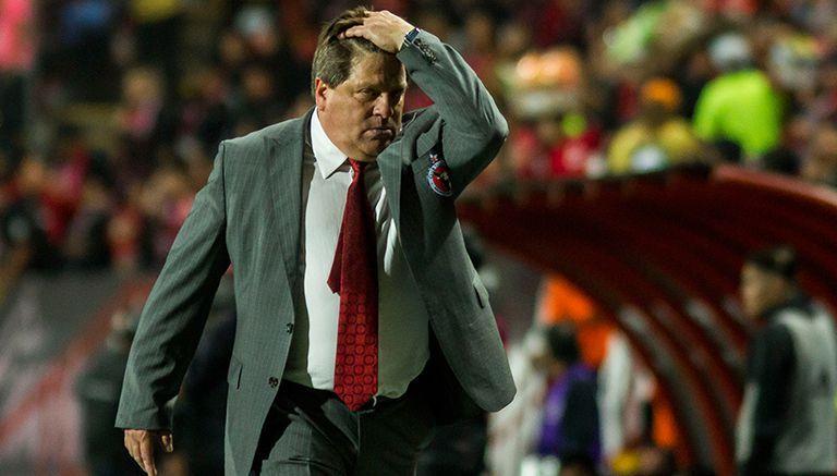 Piojo Herrera se lamenta en juego contra Santos