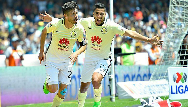 Cecilio Domínguez festeja con Oribe el segundo gol de América