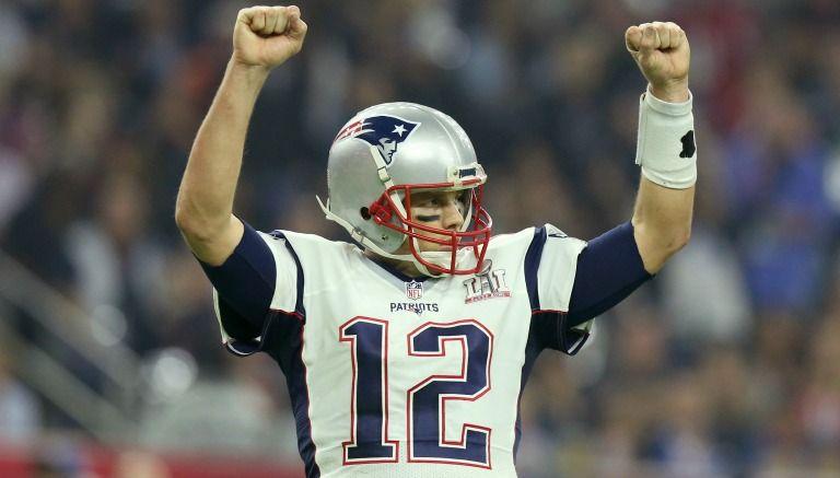 Brady levanta los brazos en el Super Bowl LI
