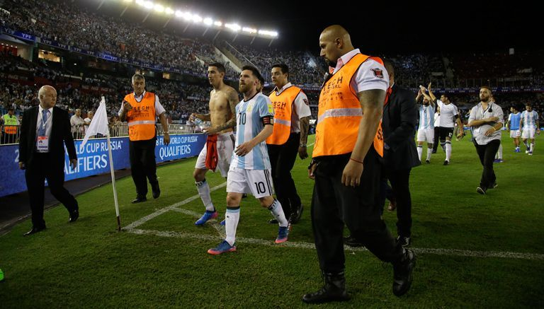 Lionel Messi abandona el campo tras el juego contra Chile