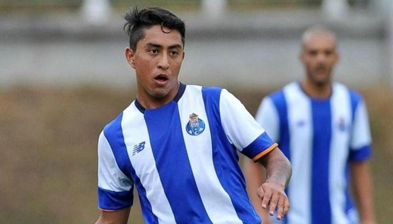 Omar Govea disputando un partido con el Porto B