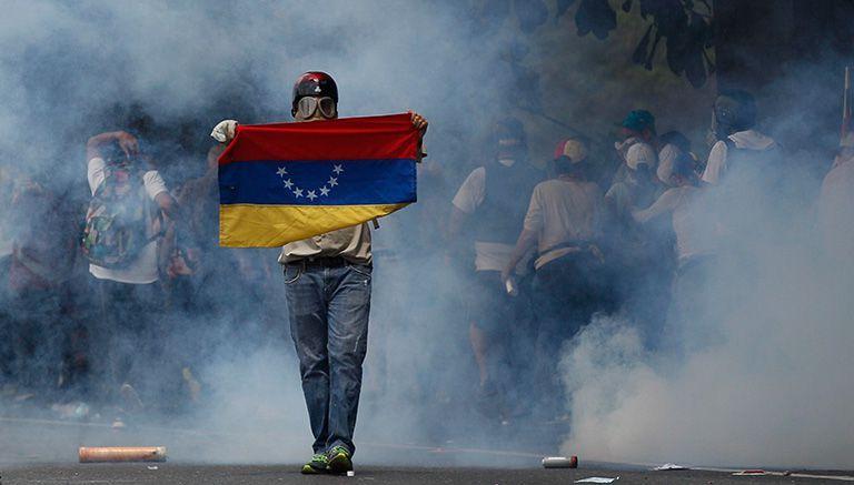 Protestante muestra bandera de Venezuela