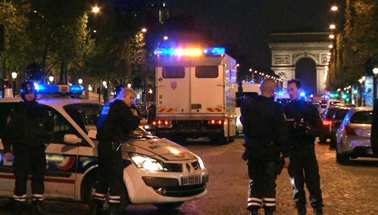 Policías resguardan la zona en la que se presentó el tiroteo