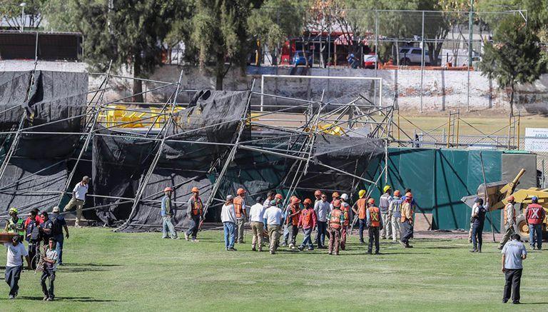 Personas de construcción intentan levantar la estructura que se cayó