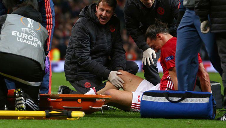 Ibrahimovic es atendido tras lastimarse la rodilla