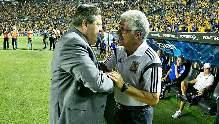 Tuca Ferretti y Miguel Herrera se abrazan previo al partido entre Tigres y Tijuana