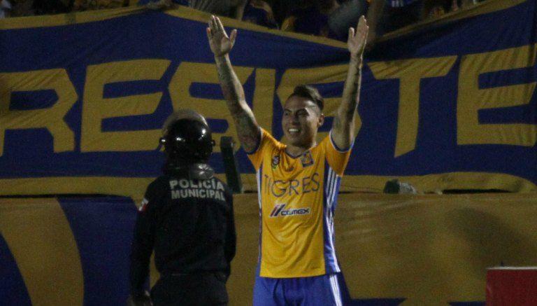 Eduardo Vargas levanta los brazos para festejar un tanto con Tigres