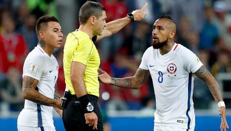 Vargas y Vidal reclaman a Skomina tras anular el gol