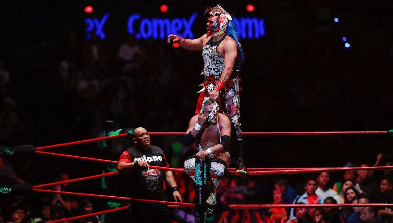 Psycho Clown intenta arrancar la máscara a Dr. Wagner