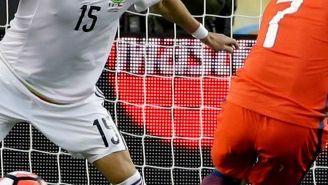 Moreno trata de defender el marco del Tri frente a un tiro de Alexis