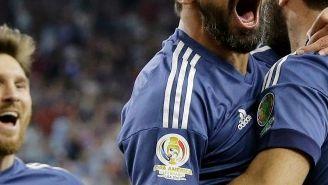 Los futbolistas de Argentina celebran una anotación