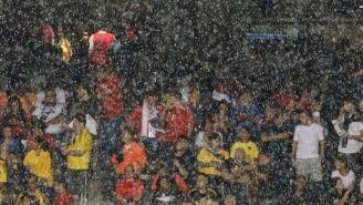 Los aficionados esperan a que pase la lluvia en el Soldier Field