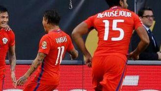 Jugadores de Chile celebran un gol en el Soldier Field