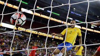 Momento en que Ruidíaz empuja el balón con la mano al fondo del arco brasileño
