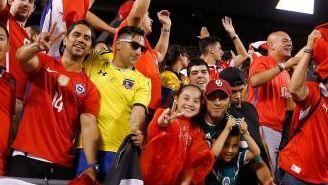 Aficionados chilenos aguardan el reinicio del encuentro entre Colombia y Chile en el Soldier Field