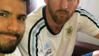 Lio Messi, junto a Sergio Agüero en el avión que traslada a la Selección Argentina