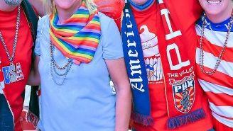 Aficionados estadounidenses se toman una foto en las gradas del estadio