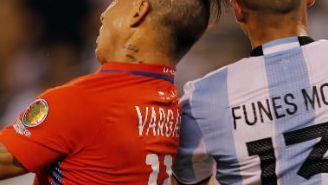 Funes Mori pelea balón con Vargas