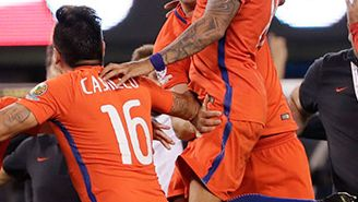 Los jugadores de La Roja celebran tras derrotar a Argentina