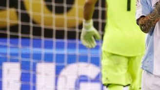 Messi se lamenta tras fallar el penalti