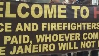 Policías y bomberos de Río se manifiestan con mantas