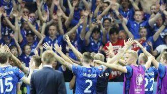 Jugadores y aficionados de Islandia ejecutan festejo vikingo