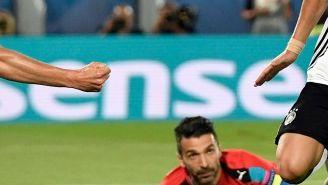 Özil festeja su tanto contra Italia en los Cuartos de Euro