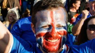 Un aficionado de Islandia apoya a su equipo desde Reikiavik