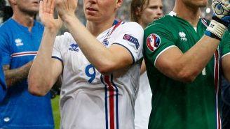 Los jugadores de Islandia aplauden a su afición