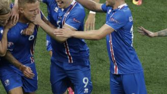 Jugadores de Islandia festejan gol contra Inglaterra