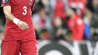 Pepe camina durante partido de Eurocopa