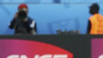Gareth Bale festeja el triunfo de Gales con su hija