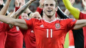 Gareth Bale y los jugadores de Gales agradecen a su afición