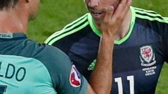CR7 consuela a Gareth Bale, su compañero en Real Madrid, luego de la Semifinal entre Portugal y Gales