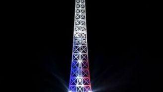 Torre Eiffel, iluminada con los colores de la bandera francesa