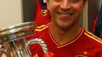 Xavi carga el trofeo de la Euro